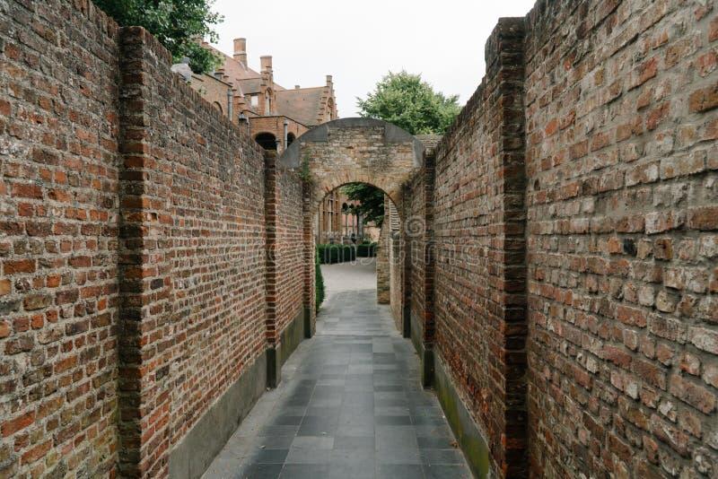 Un vecchio vicolo di pietra a Bruges, Belgio immagini stock libere da diritti