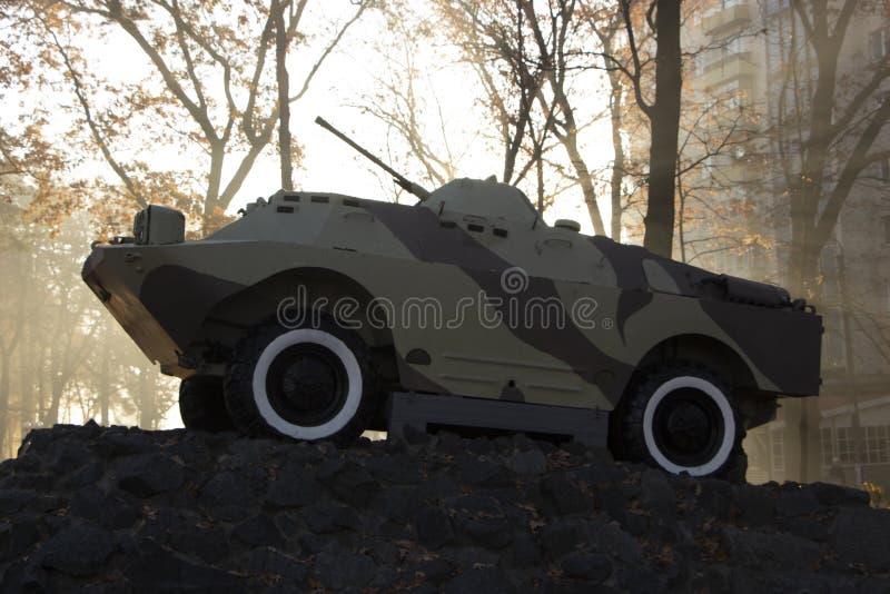 Un vehículo de lucha de la infantería, un monumento, se coloca en un pedestal, en un parque público Simboliza a los soldados sovi fotos de archivo libres de regalías
