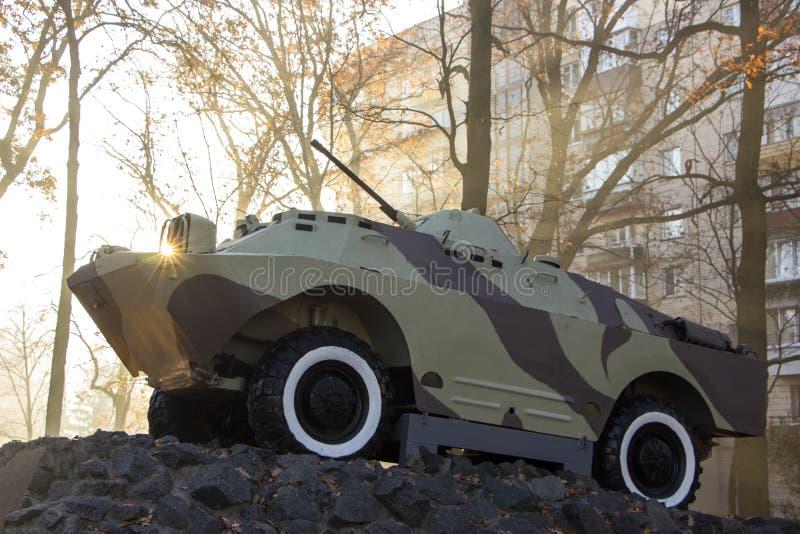 Un vehículo de lucha de la infantería, un monumento, se coloca en un pedestal, en un parque público Simboliza a los soldados sovi fotos de archivo