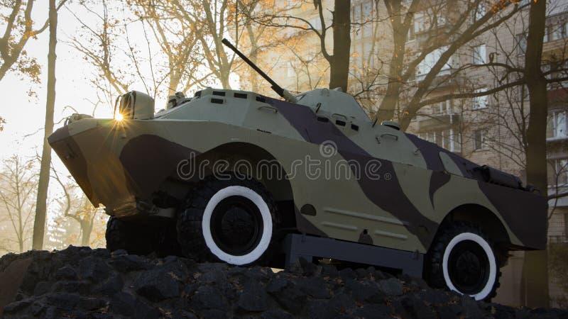 Un vehículo de lucha de la infantería, un monumento, se coloca en un pedestal, en un parque público Simboliza a los soldados sovi foto de archivo