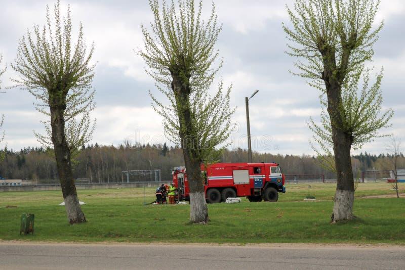 Un vehículo de rescate grande del fuego rojo, un camión extintor, monta en una sustancia química, refinería de petróleo imagen de archivo libre de regalías