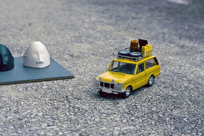 Un veicolo utilitario giallo che passa dalla tomba sul campo fotografie stock