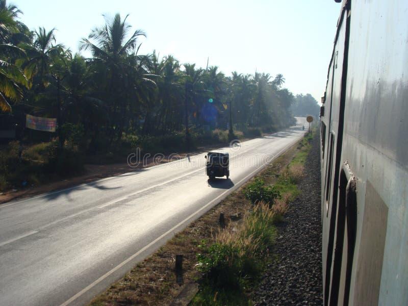 Un veiw dall'eseguire treno ferroviario interurbano immagini stock