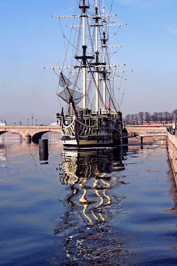 Un velero asegurado en el río de Neva imagen de archivo