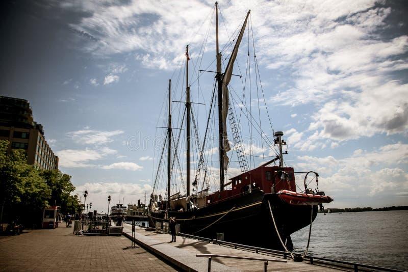 Un velero en la costa imagenes de archivo