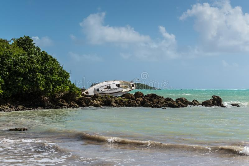 Un velero es varado y dañado por el huracán - el Gosier en G imagen de archivo libre de regalías