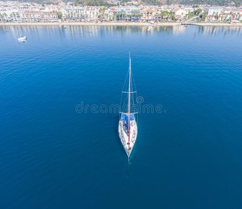 Un velero solitario en el ancladero cerca de la ciudad de Marmaris en Turquía imágenes de archivo libres de regalías