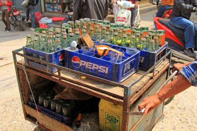 Un vendedor ambulante que vende soda fresca de la cal en Patan imagen de archivo libre de regalías