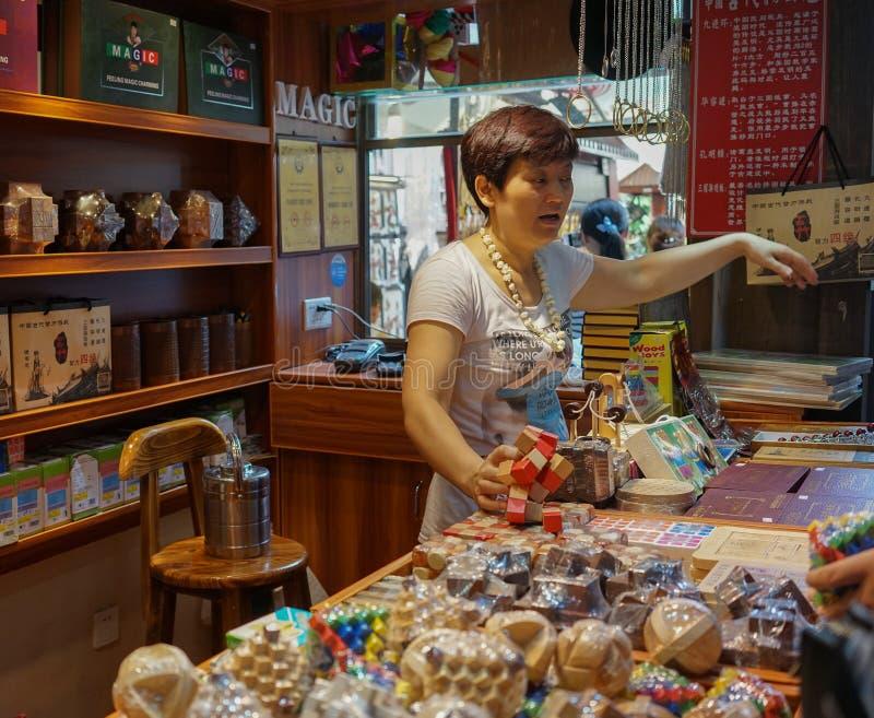 Un vendedor en la tienda de souvenirs fotos de archivo libres de regalías