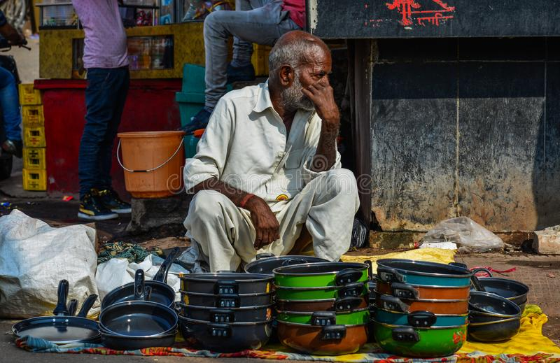 Un vendeur au marché de Ghanta Ghar image libre de droits