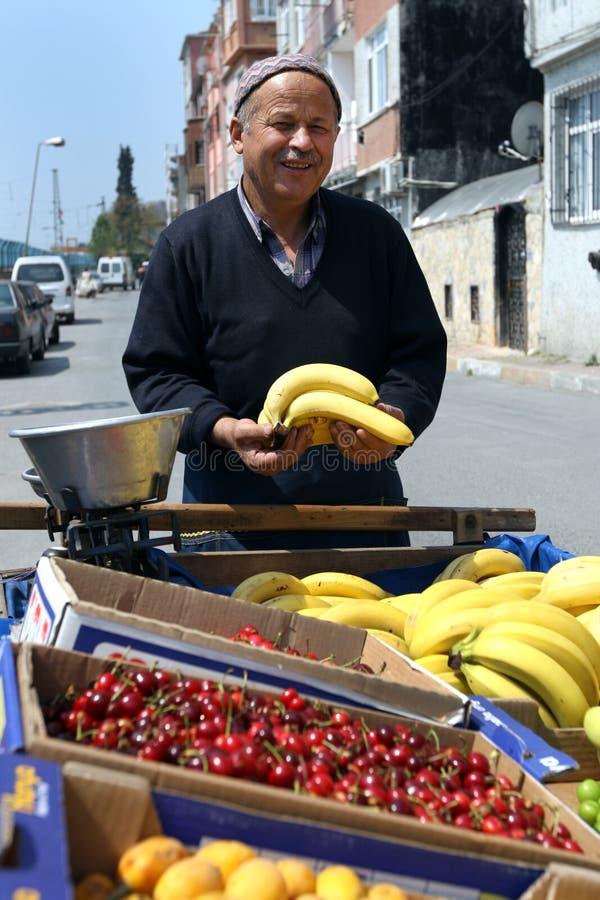 Un vendeur de fruit chez Yedikule à Istanbul en Turquie photos libres de droits