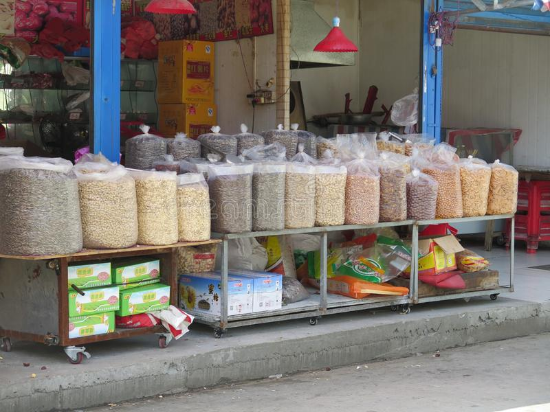 Un vendeur typique de marché en plein air dans la ville de Hefei en Chine orientale image stock