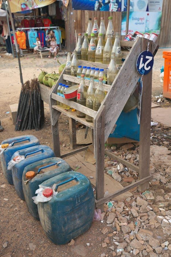 Un vendeur vendant le gaz avec de petites cabines au bord de la route à un village près de Preah Vihear photos stock