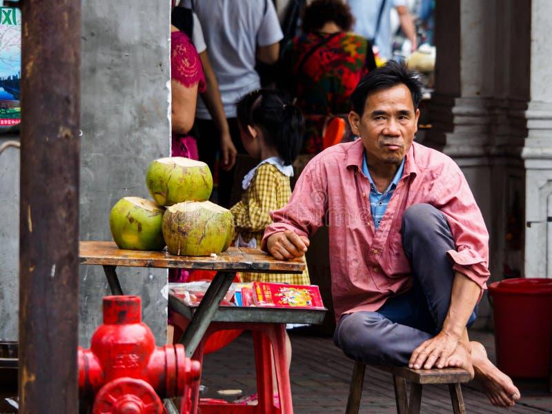 Un venditore ambulante che vende acqua di cocco fotografia stock