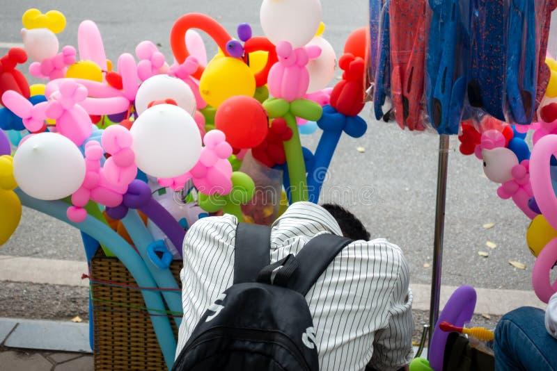 Un venditore del pallone della via dorme sulla via fotografie stock libere da diritti
