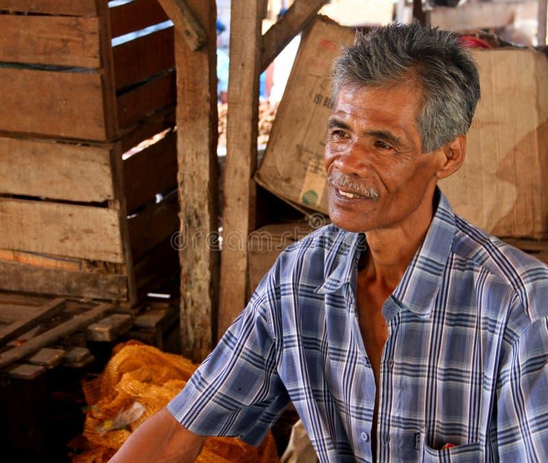 UN VENDITORE NEL MERCATO IN PADANG, INDONESIA fotografia stock