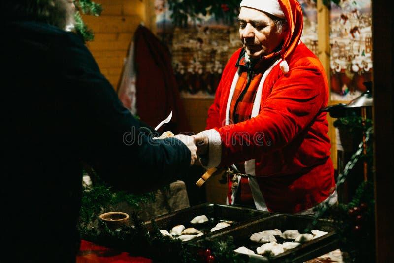 Un venditore vestito come Santa Claus vende gli alimenti a rapida preparazione fotografia stock libera da diritti