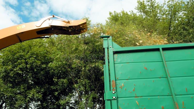 Un ventilador inútil gigante está vertiendo las escarpas viejas foto de archivo libre de regalías