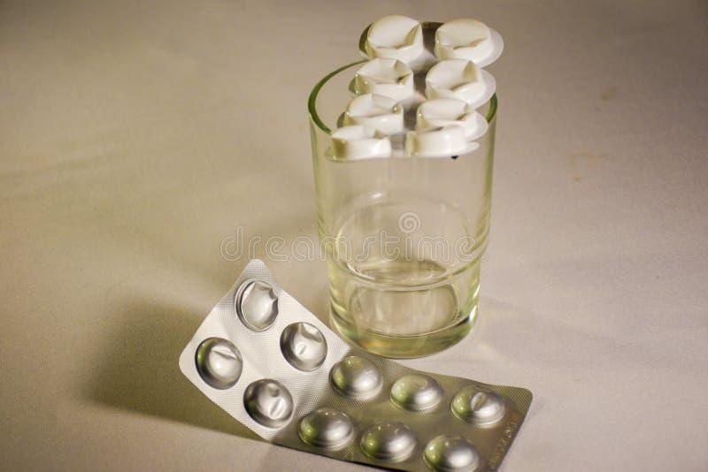 Un verre avec des médecines image stock