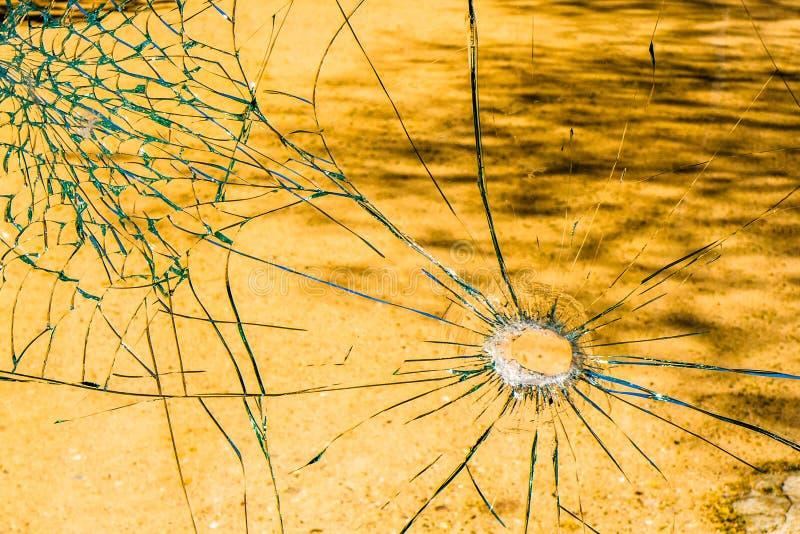 Un verre brisé dans un arrêt d'autobus photos stock