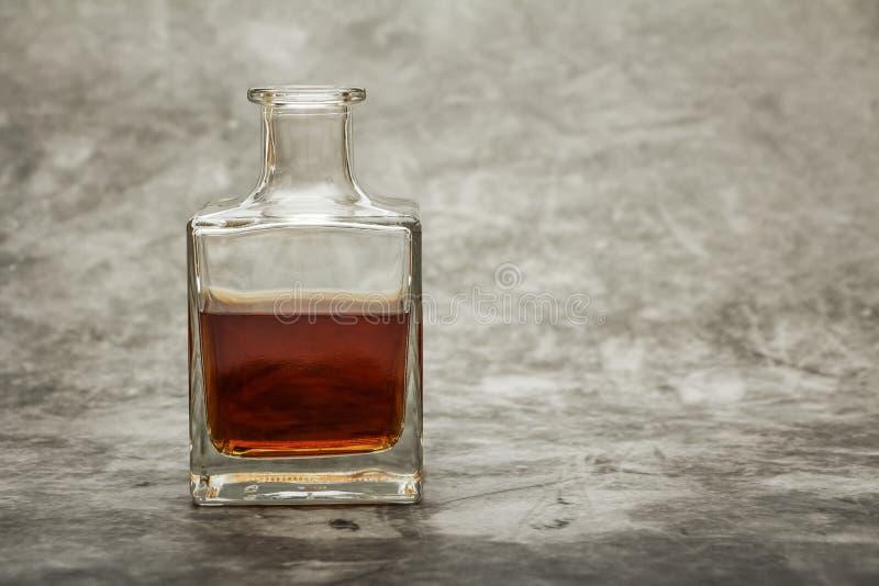 Un verre d'eau-de-vie fine ou de whiskey sur un fond de pierre grise avec des truffes Place pour le texte photos libres de droits
