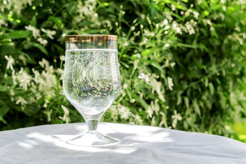 Verre avec l 39 eau et les bulles pures photo stock image - Place du verre a eau sur une table ...