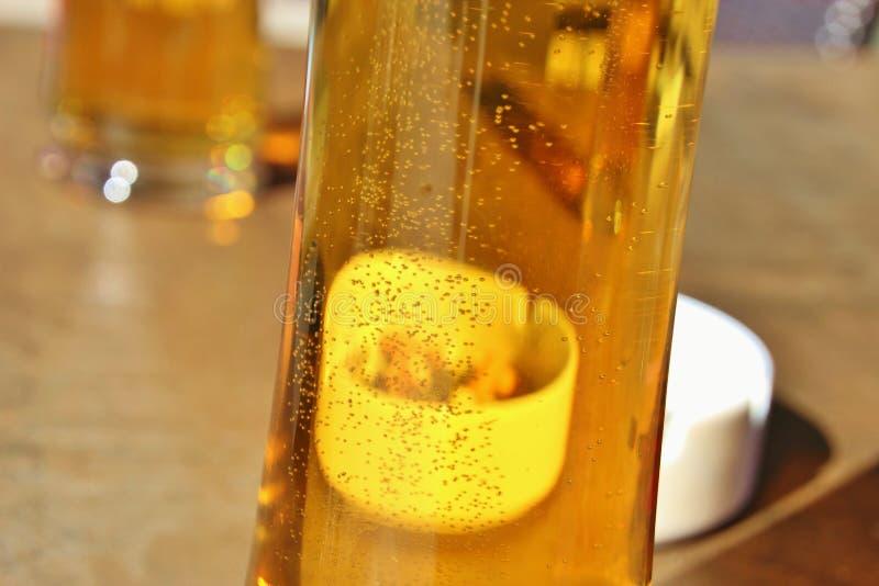 Un verre de bière et d'un cendrier image libre de droits