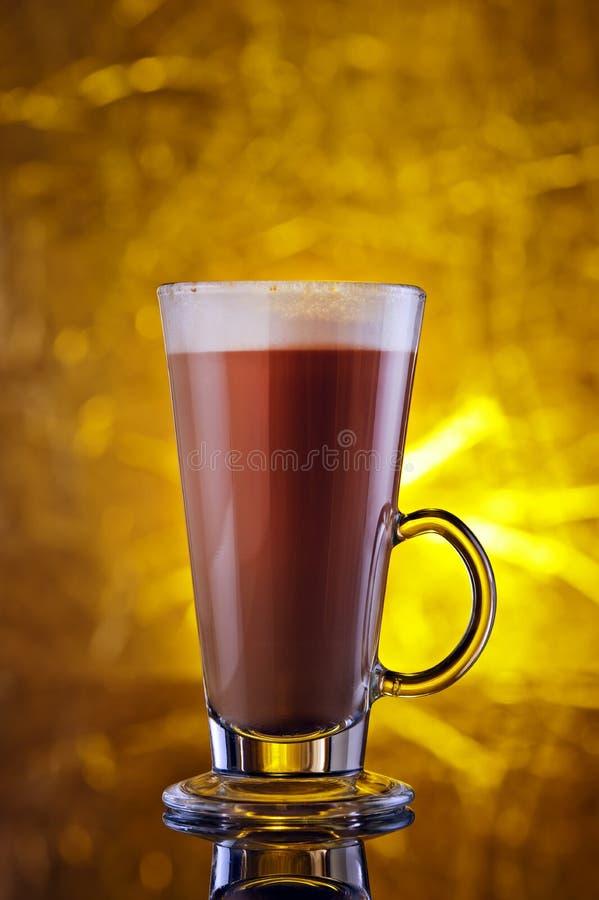 Un verre de cappuccino sur une table noire photo libre de droits