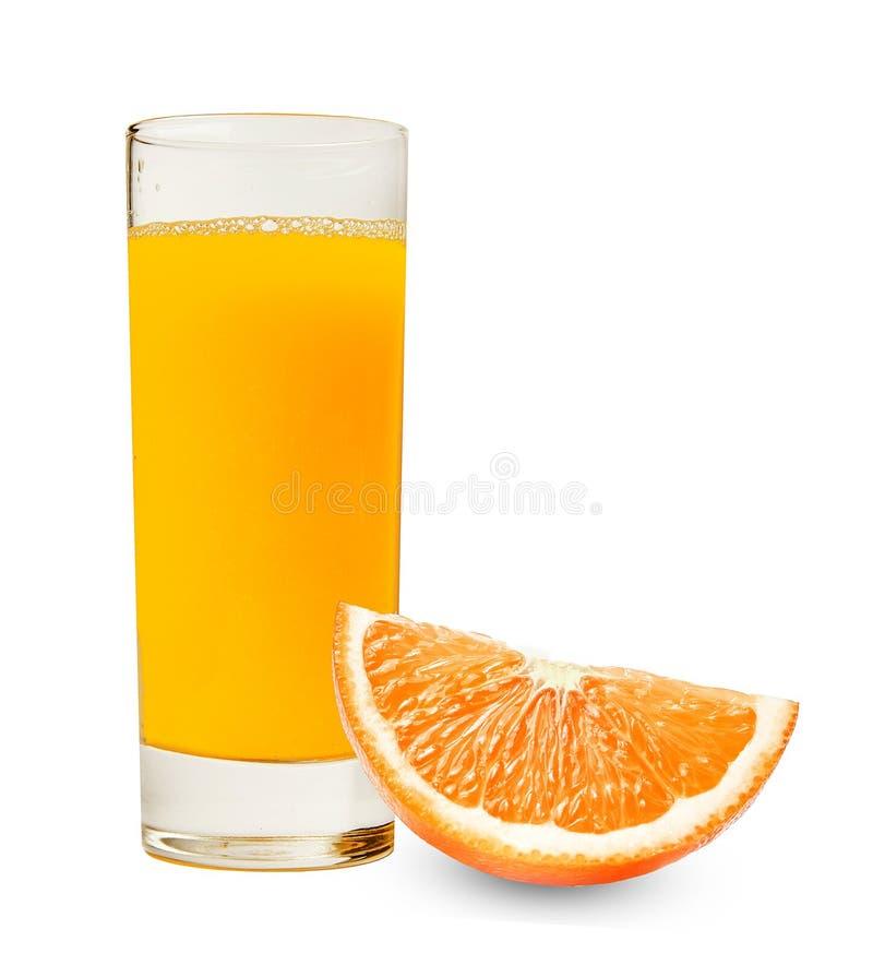 Un verre de jus d'orange frais et une tranche d'orange sur un fond blanc d'isolement Bon détail photos libres de droits