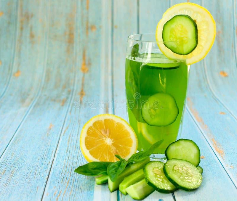 Un verre de jus vert sain de concombre et de citron, décoré des feuilles de basilic Concept de r?gime Dri régénérateur d'été util images stock