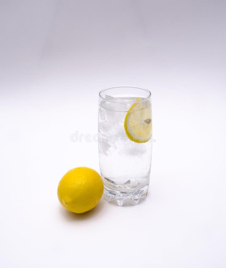 Un verre de l'eau et de glace images libres de droits