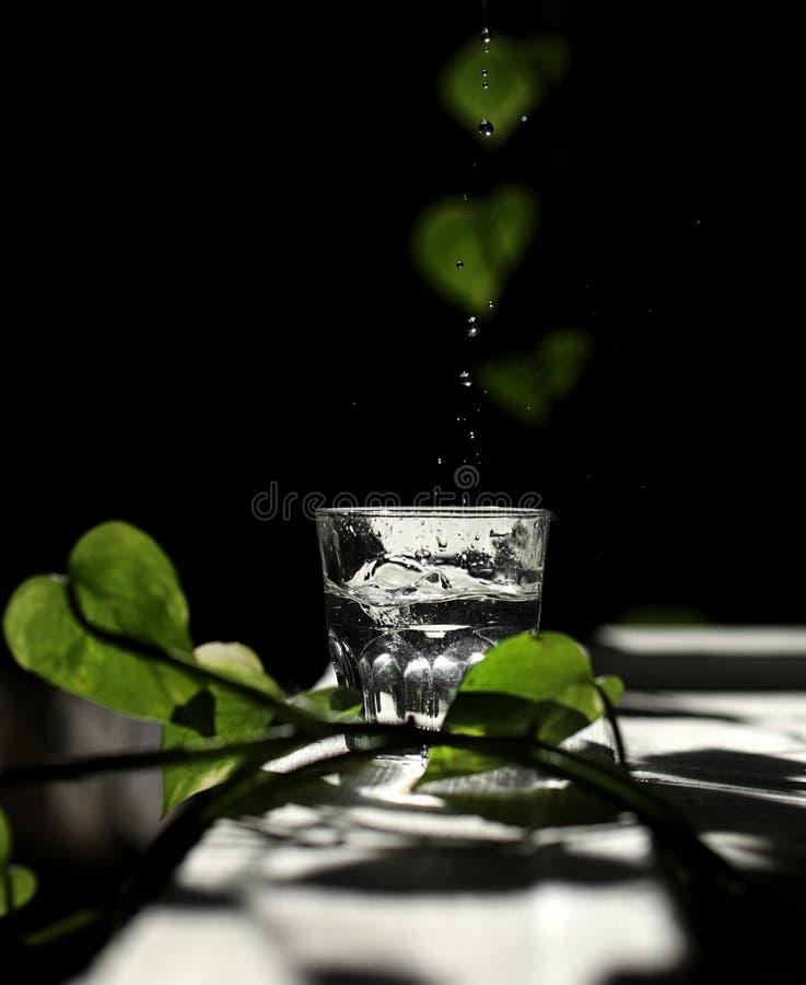 Fond d t sur l eau du fond avec des rayons du soleil - Place du verre a eau sur une table ...