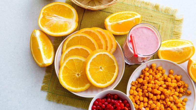 Un verre de la macédoine de fruits avec un tubule en plastique et un fruit mûr sur la table Vue de ci-avant photo libre de droits