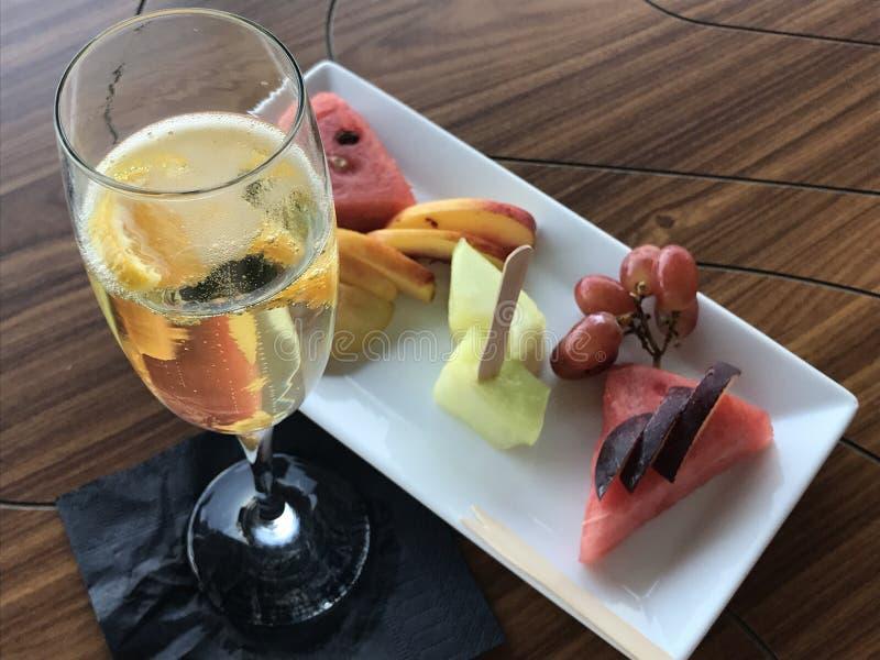 Un verre de vin mousseux et de salade de fruits photo stock