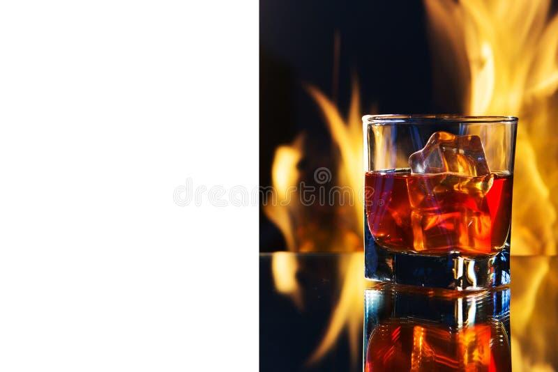 Un verre de whiskey en flammes photo stock