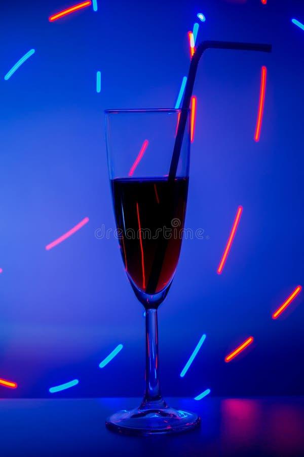 Un verre sur la barre dans un caf?, un restaurant, une bo?te de nuit ou une disco Verre ou stemware avec de l'alcool ou un cockta photo stock