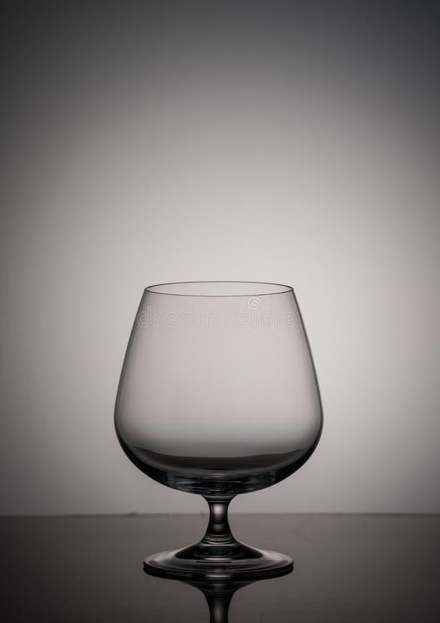 Un verre vide de cognac sur un fond gris photos libres de droits