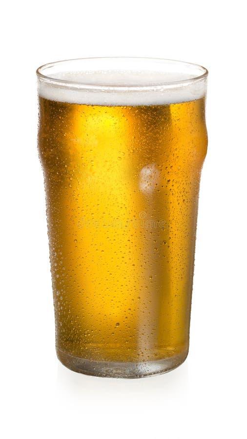 Un vetro della birra fresca dell'oro fotografia stock