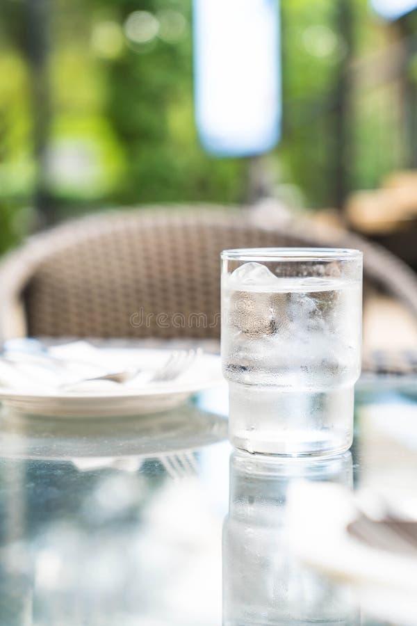 Un vetro di acqua sulla tabella fotografia stock