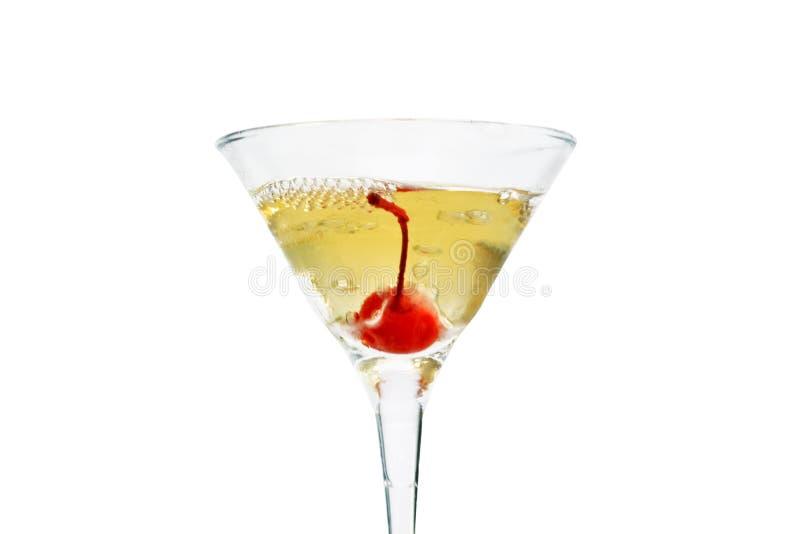 Un vetro di martini, riempito di champagne con cherrie ed azoto liquido, creare vapore, isolato su fondo bianco fotografia stock
