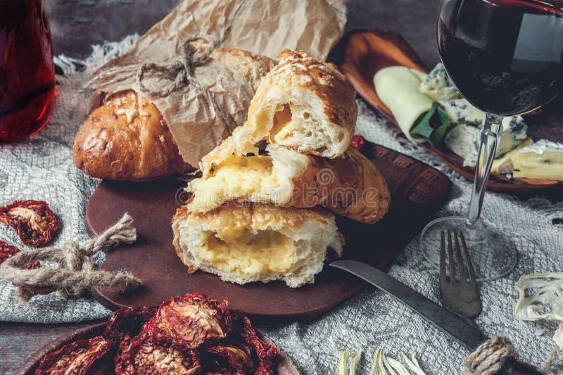 Un vetro di vino rosso asciutto e pane italiano di focaccia con formaggio e olio d'oliva e pomodori seccati al sole Fuoco seletti fotografie stock libere da diritti