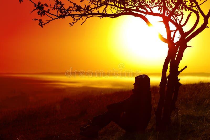Un viaggiatore nelle montagne l'alba fotografie stock libere da diritti