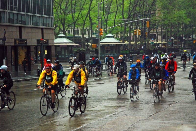 Un viaje de la bici bajo la lluvia foto de archivo libre de regalías