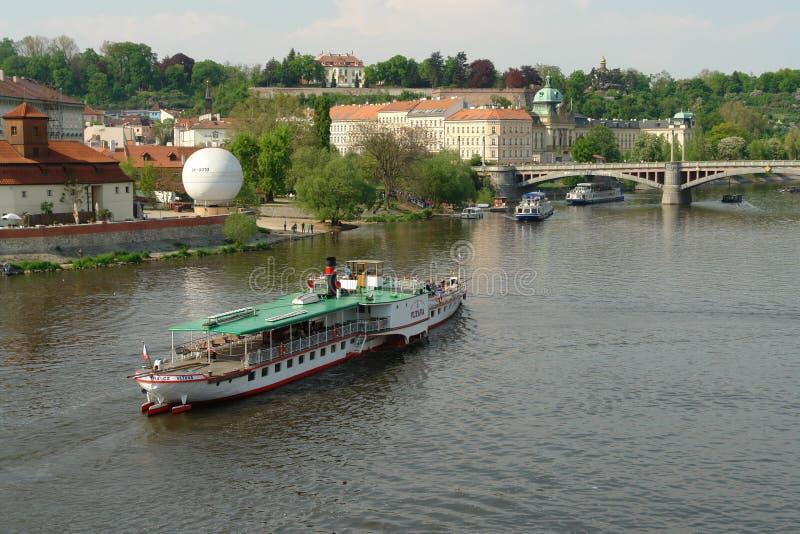 Un viaje en barco a los lugares hermosos de Praga fotos de archivo
