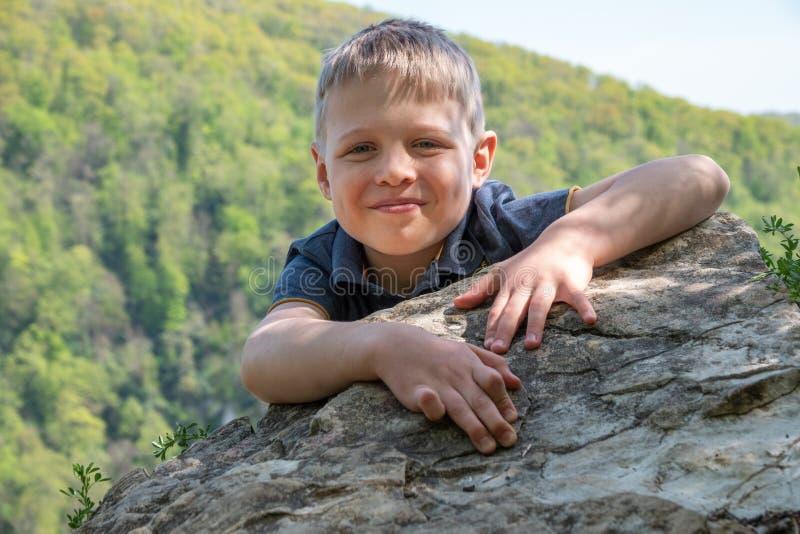 Un viajero del muchacho subi? al top del acantilado imagen de archivo