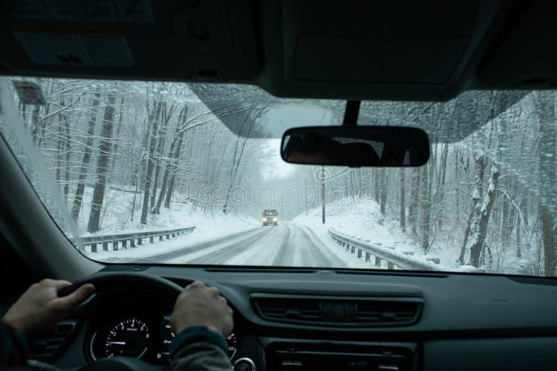Un viajero que conduce en una tormenta de la nieve del invierno foto de archivo