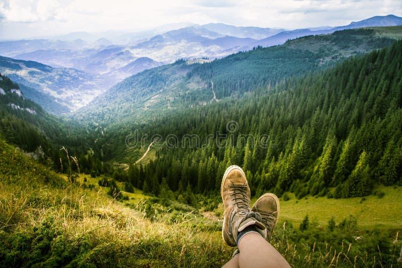 Un viajero que relaja en las montañas rumanas fotos de archivo libres de regalías