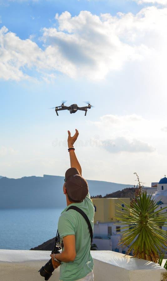 Un viajero que usa el abejón en la isla de Santorini imagen de archivo libre de regalías
