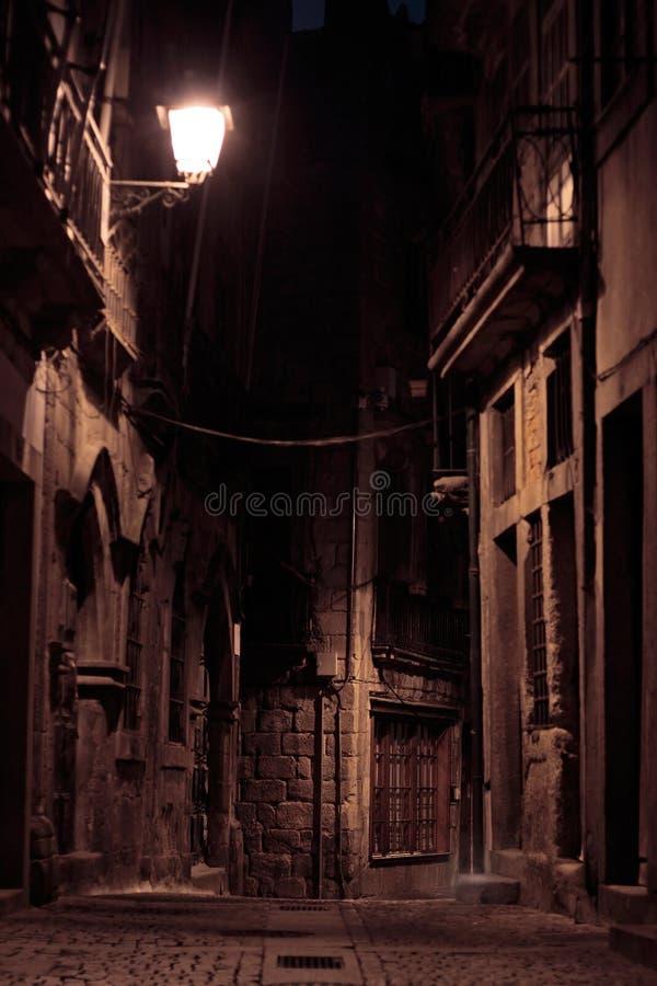Un vicolo entro la notte immagine stock