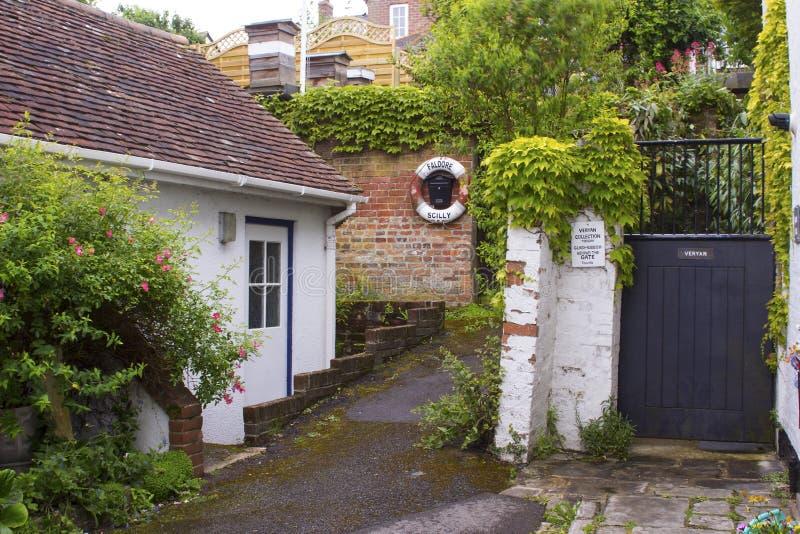 Un vicolo frondoso vicino al porto in Lymington, Hampshire sulla costa sud dell'Inghilterra con il cottage e dei giardini con tut fotografie stock